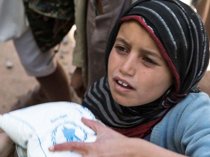 et barn med en mat sekk