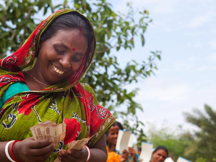 en kvinne som teller penger
