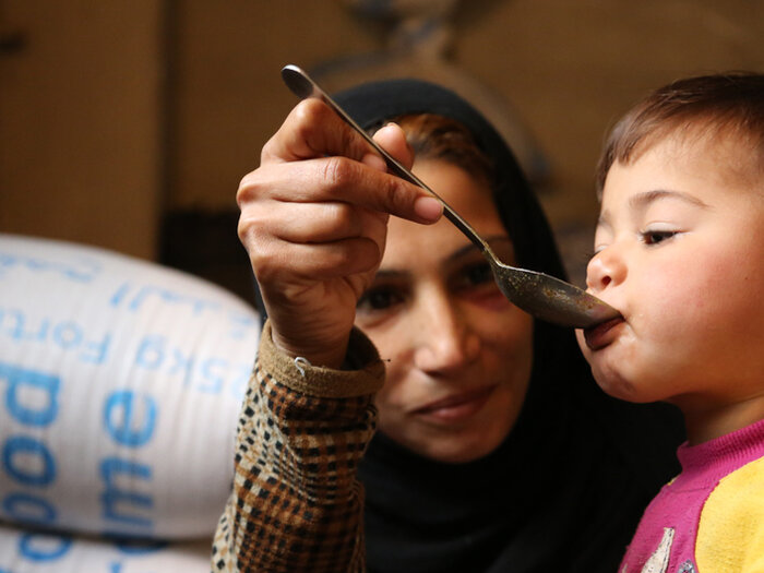 Syrisk mor mater barn